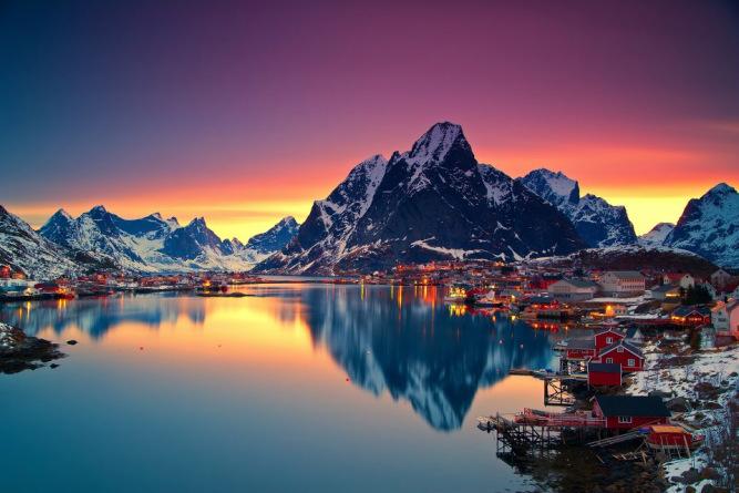 Matahari pada tengah malam di Lofoten, Norwegia. Foto: The Muslim Times